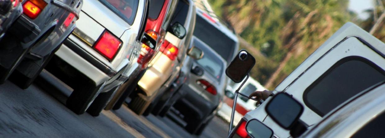 Autos in de file voor de stoplicht